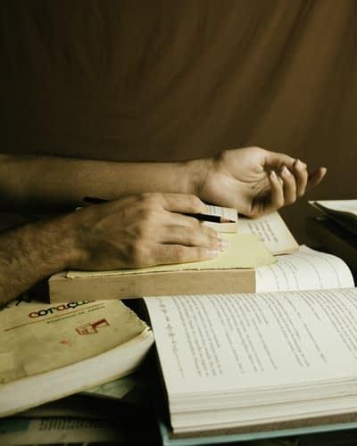 Immagine raffigurante due mani che tengono un libro aperto